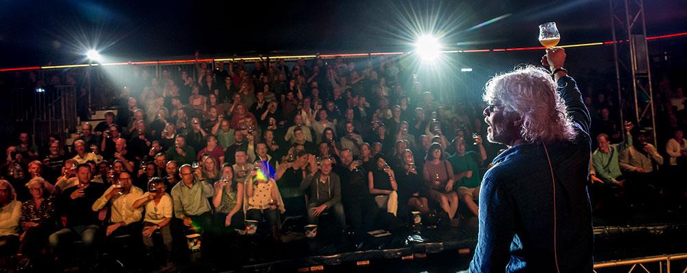 Eddie Szweda skåler med publikum til Eddies Ølshow
